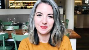 Kate, whoz ass has a grey curly bob, is pictured chillin up in a restaurant