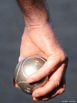 Man holding a boule