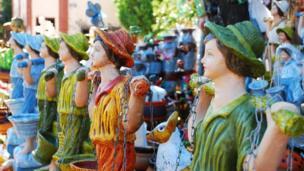 Muñecos de colores en un mercado en Aregua, Paraguay