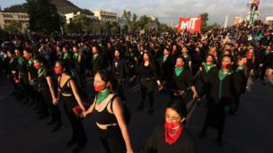 مجموعة من السيدات يشاركن في وقفة إحتجاجية بمناسبة اليوم العالمي للقضاء على العنف ضد المرأة في ساحة بلازا إيطاليا في مدينة سانتيغو في تشيلي.
