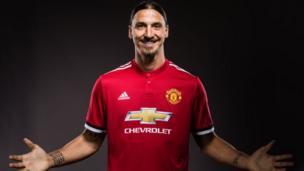 Zlatan Ibrahimovic vient de signer avec Manchester United pour une deuxième année consécutive alors qu'il est encore en convalescence après une blessure au genou.