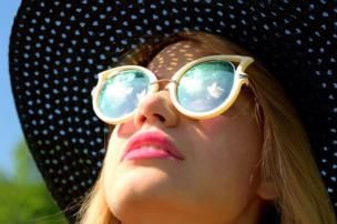 امرأة تستمع بيوم مشمس