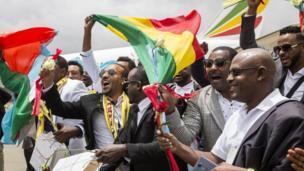 La joie de passagers Ethiopiens et Erythréens lorsque leurs pays ont repris les vols commerciaux, une première en 20 ans. Plusieurs familles sont réunis ce jour-là à l'aéroport d'Asmara.