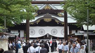 Nhiều người Nhật đến thăm đền thờ Yasukuni, ở Tokyo hôm 15/8.