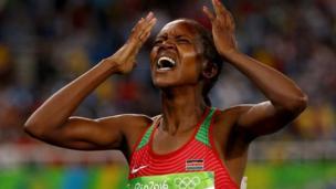 Mwanariadha wa Kenya Faith Kipyegon afurahia ushindi wake wa dhahabu katika mbio za mita 1500 upande wa wanawake katika michezo ya Rio