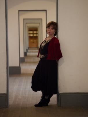 Isabel Allende delante de múltiples puertas.