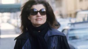 Jacqueline Bouvier Kennedy Onassis, 19 Mayıs 1994'te, 64 yaşındayken kanserden hayatını kaybetti. (1975)