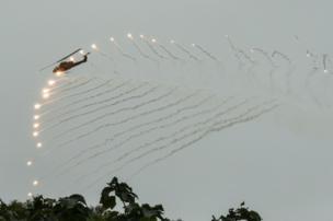 طائرة مروحية تطلق مقذوفات نارية