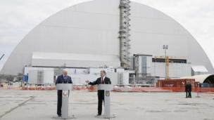 Петр Порошенко вместе с президентом Беларуси Александром Лукашенко на месте аварии почтили память ликвидаторов