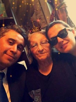Luis Recabarren, junto com a avó materna e uma prima