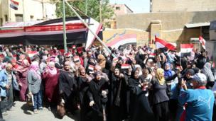 سيدات يتجهن للإدلاء بأصواتهن في مراكز الاقتراع