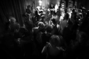 Foto en blanco y negro de un grupo de gente bailando.