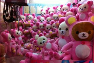A crane-game filled with pink bears