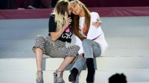 أريانا غراندي تغني مع المغنية الأمريكية ميلي سيروس خلال الحفل الغنائي الخيري.