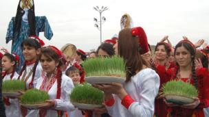 Schoolgirls carrying plates of grown wheat sprouts take part in the official festive procession Окуучу кыздар өнгөн буудай көтөрүп жүрүшөт