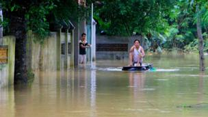 Người dân bơi phương tiện tự tạo