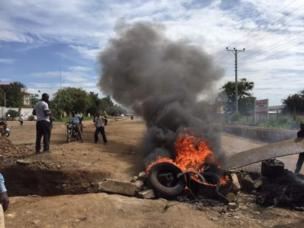 Road blocks and fires across Kisumu wey be di opposition stronghold. Serious anti-tyre movement na im happen across di city, during di presidential election re-run