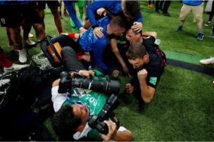 المصور يوري كورتيز علق بين اللاعبين المحتفلين أثناء التقاطه صورا لهم