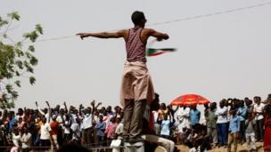 Matasa da sauran jama'a na ci gaba da nuna farin ciki da samun biyan bukata bayan hambare al-Bashir daga mulki.