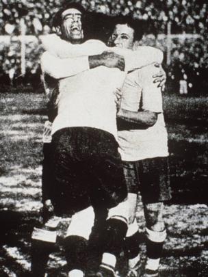 Lorenzo Fernandez, Pedro Cea y Hector Scarone celebran el Mundial de 1930.