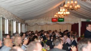Tiệc tối được tổ chức tại Thượng viện Anh vào đúng ngày Thủ tướng Anh có bài diễn văn quan trọng đưa ra lộ trình để Anh Quốc rời Liên minh châu Âu.