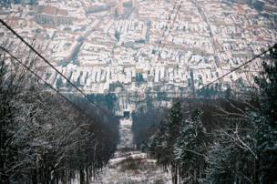 La vista desde la parte más alta de un pico en Transilvania, Rumania.