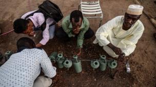 Wasu masu zanga-zanga lokacin da suke alwalar sallar magriba a birnin Khartoum na kasar Sudan ranar Litinin
