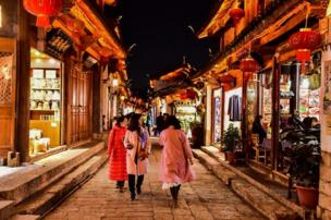 Shoppers in Lijiang