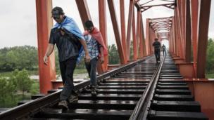 रेलवे पुल पैदल पार करते हुए लोग