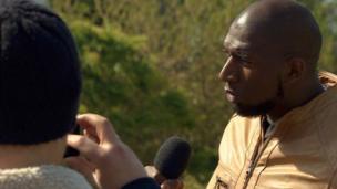 Traore Adama, français descendant d'immigrés vivant en banlieue, projette de se présenter à la présidentielle en France dans 10 ans.