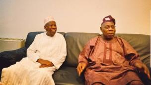 Gwamnan jihar Kano Abdullahi Umar Ganduje yayin da tsohon Shugaban Najeriya Olusegun Obasanjo ya kai masa ziyaraa gidan gwamnatin Kano da ke Abuja ranar Juma'a