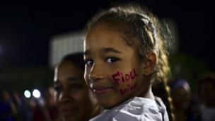 """دختری چهره خود را با """"زنده باد فیدل"""" نقاشی کرده است"""