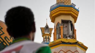Wani mutum yana kallon masallacin da ya rushe baya wani girgizar kasa mai tsanani a yankin Mataram, Lombok