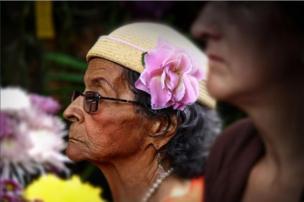 Mujer con una flor en la cabeza.