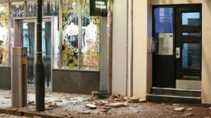 Vidrio y escombros cubren las aceras de la calle Wakefield, en Wellington.