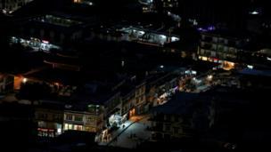 लेह में रात के अंधेरे में प्रकाश से चमकती दुकानें