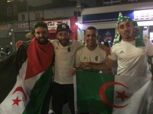 Les supporters algériens heureux après la victoire de leur équipe.