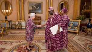 Sabon Jakadan Najeriya a kasar Birtaniya, George Adesola Oguntade, yayin da ya gabatar da takardar kama aiki ga Sarauniyar Ingila Elizabeth II a fadarta ranar Laraba
