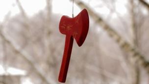 """Вячеслав Воронцов, Санкт-Петербург: """"Этот топорик я увидел на ветке дерева после небольшой метелицы. Он выглядел одиноко, брошенным и немного мистичным. Впоследствии знакомые из Китая, с удивлением разглядев все иероглифы, рассказали о легенду о горной фее, которая разрушает все проклятия... Именно эта легенда и начертана на топорике с двух сторон""""."""