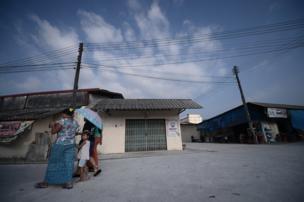 ขณะที่บรรยากาศในชุมชน มีความเป็นเมียนมาอย่างชัดเจน ผู้หญิงเมียนมาส่วนใหญ่ยังคงนุ่งผ้าถุง