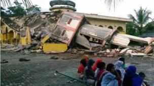 Nhiều người không có chỗ ở khi nhà cửa và nhà thờ Hồi Giáo bị sập