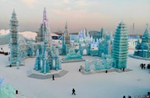 चीन के एक उत्तर-पूर्व प्रांत खेलोजिआंग में सालाना हार्बिन आईस एंड स्नो फेस्टिवल में बने बर्फ के ढांचे.