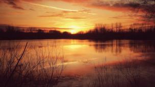A stunning sunset over an Oxfordshire lake