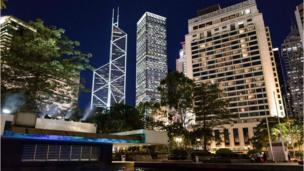 مبنى البنك المركزي الصيني بجانب الأبراج الأخرى في سماء هونغ كونغ