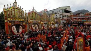 """Những người thờ cúng heo tụ tập xung quanh xác heo được làm thịt để cúng tế, những con heo thắng cuộc trong cuộc thi """"heo thiêng"""" tại quận Sanxia, ở Tân Đài Bắc, Đài Loan, 0/02/2017."""