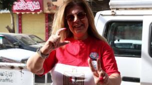 سيدة تدلي بصورتها في الانتخابات المصرية