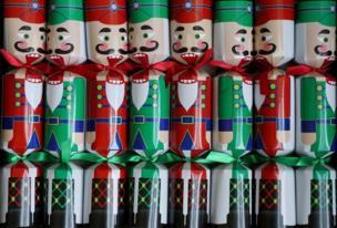 Decoración navideña tradicional de Reino Unido que contiene una sorpresa adentro