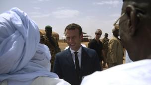 L'avion d'Emmanuel Macron s'est posé vendredi dans la base militaire française de Gao, dans le nord du Mali.