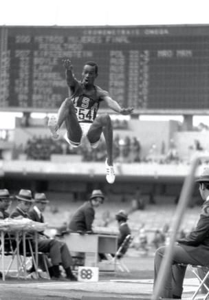 Bob Beamon wa Marekani avunja rekodi ya Long Jump katika michezo ya Olimpiki ya mwaka 1968 mjini Mexico