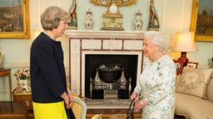 Theresa May con la reina.